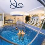 Grßzüge Poollandschaft im Hotel Cinderella Obertauern